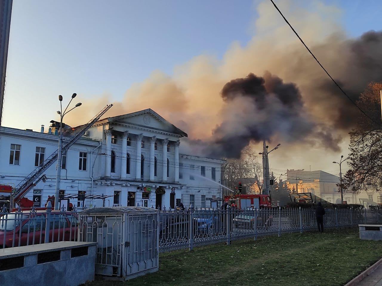 У будівлі триває гасіння пожежі