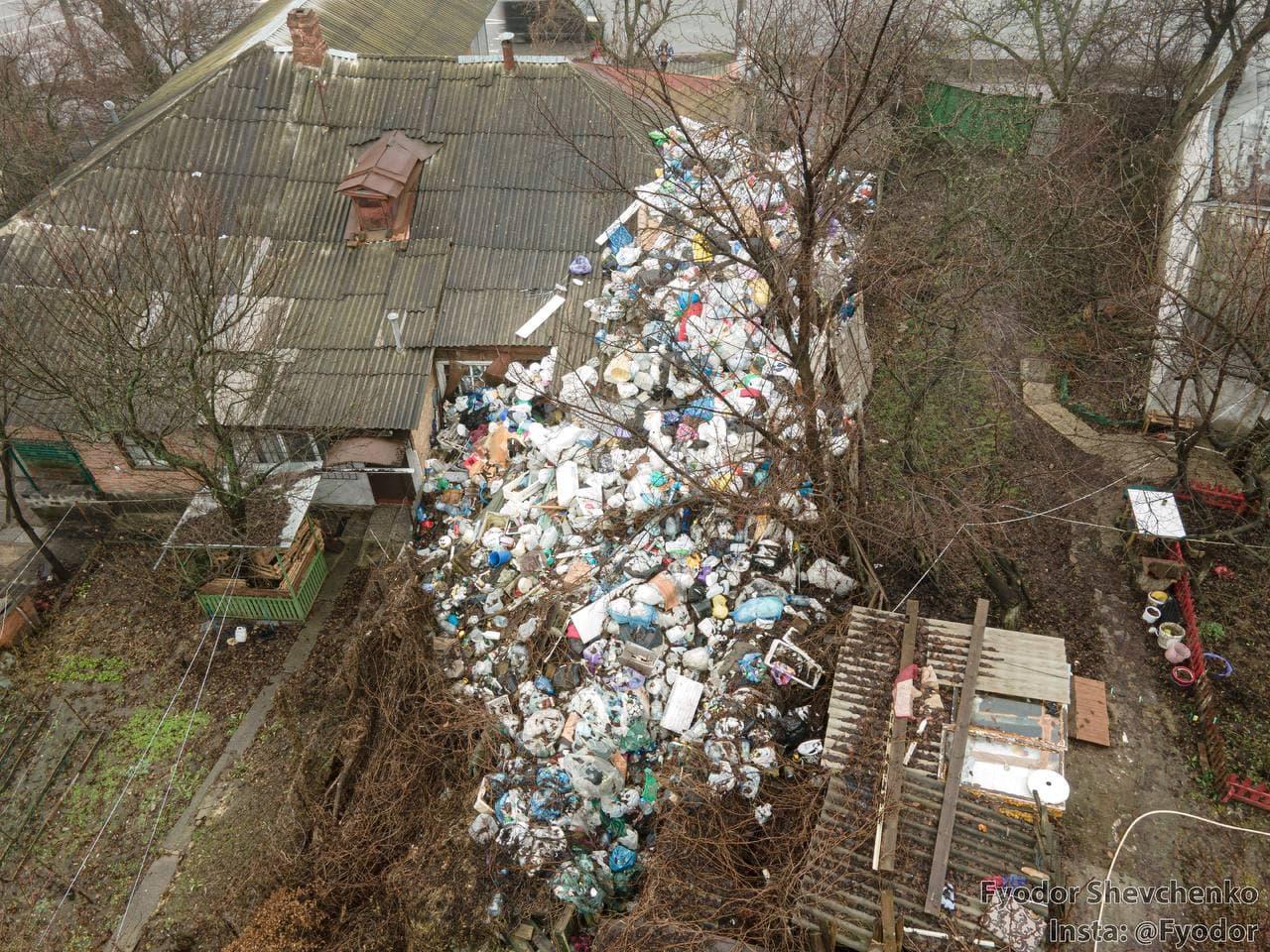 У приватному подвір'ї на вулиці Небесної Сотні утворили стихійне сміттєзвалище