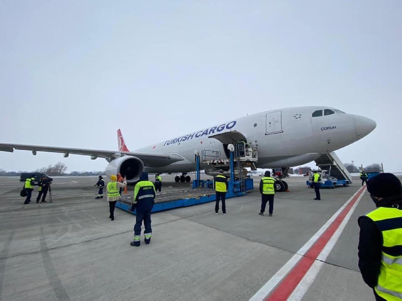 Розвантаження вакцини проти коронавірусу в аеропорті Борисполя