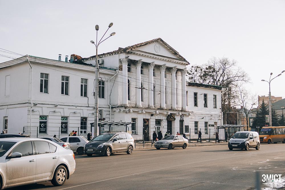 На одній з будівель ансамблю Круглої площі планують встановити меморіальну дошку українській вишивальниці
