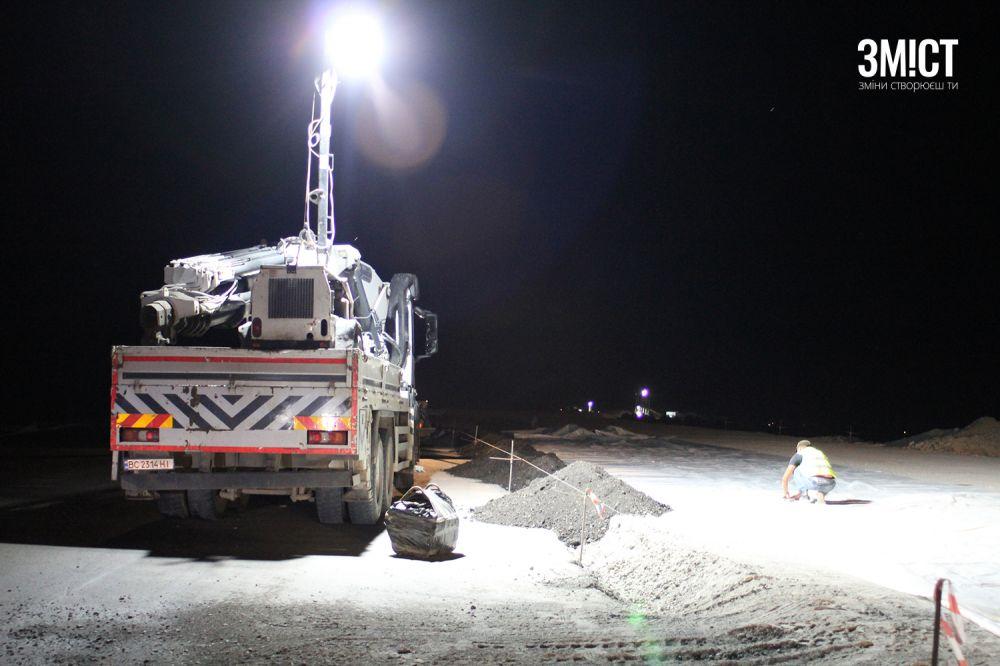 Працівники будують дорогу вночі