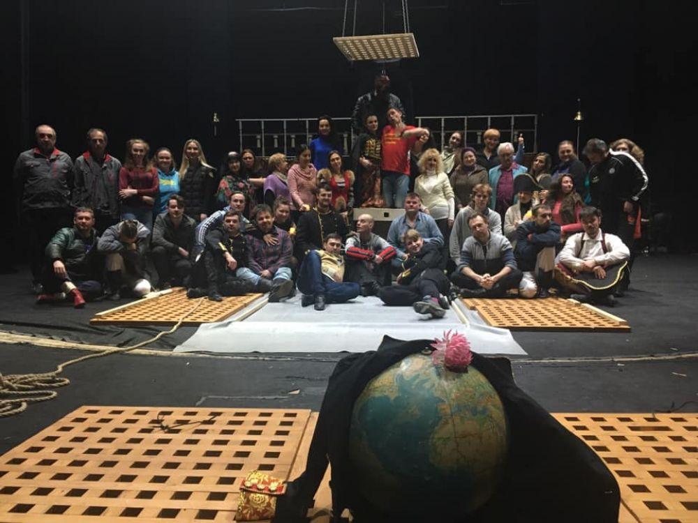 Актори на чолі з режисером Сергієм Павлюком під час репетицій вистави «Юнона та Авось». Фото театру імені Гоголя