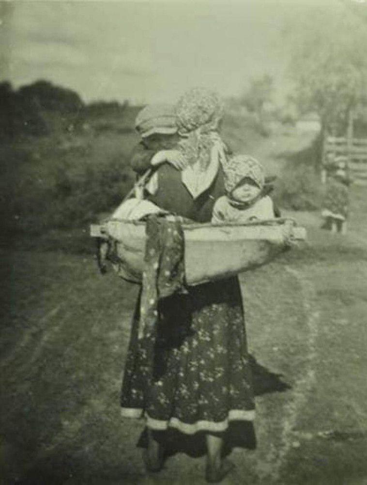 В усі часи материнство для українок було переважно жіночою ношею. Джерело - телеграм-канал Фото забутих предків