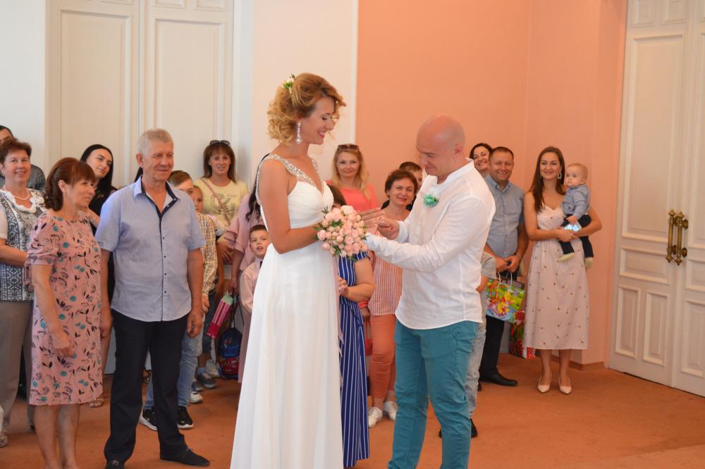 Весілля Ірини та Михайла, куди гості замість квітів принесли дитям подарунки (Фото надано Іриною Половенченко)