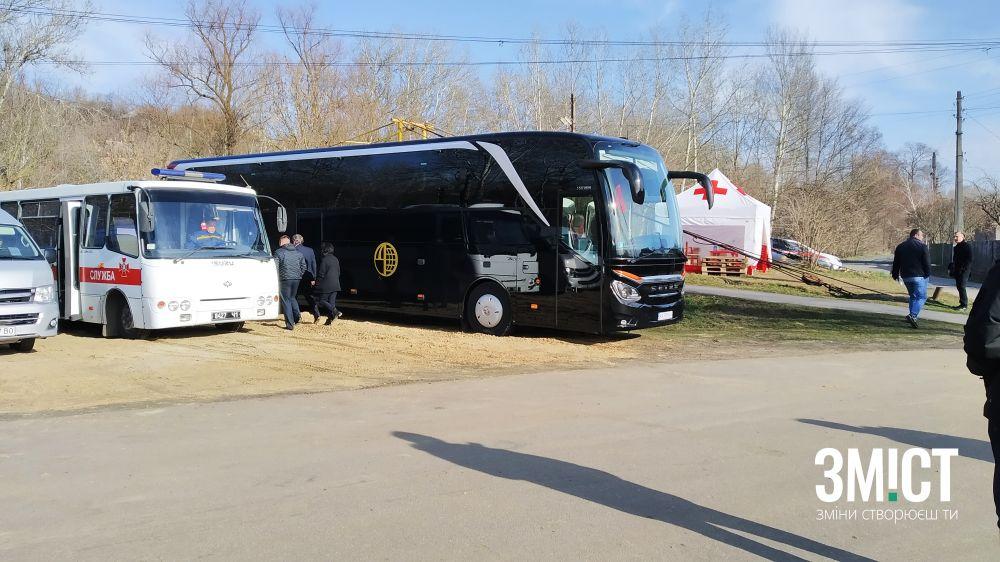 Автобус, який забере евакуйованих після обсервації