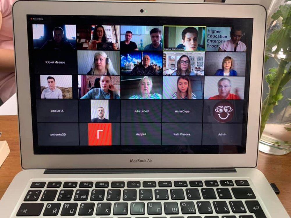 Обговорення відео учасників (Джерело – сторінка CreativeSpark у Фейсбук)