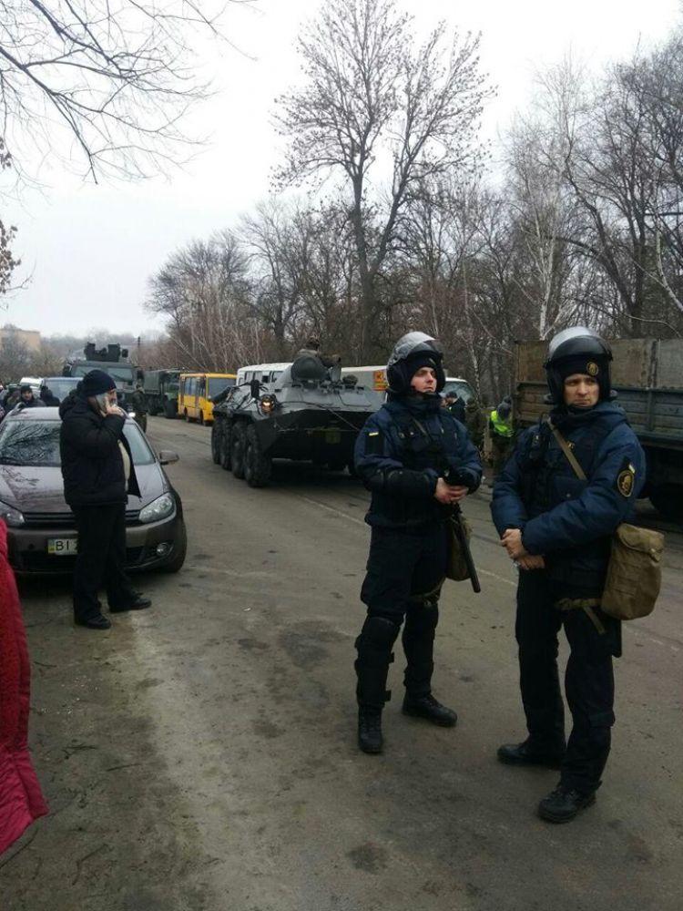 БТР та правоохоронці (Фото - Тижневик«ЕХО»)